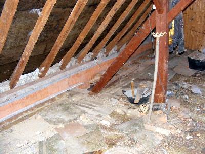 hier sind wir auf den dachboden bis hierher reicht die mauer. Black Bedroom Furniture Sets. Home Design Ideas